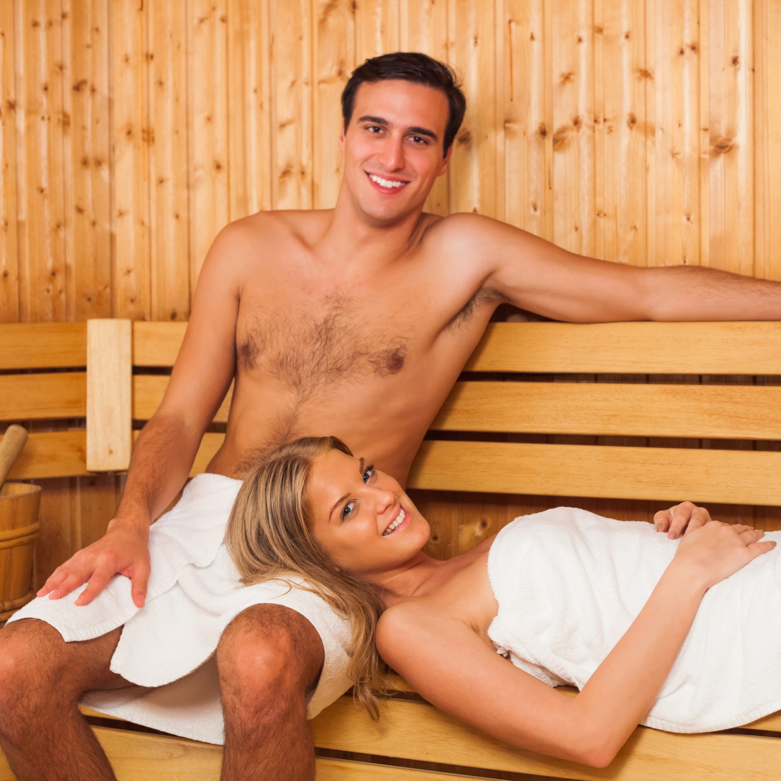 Ein junges Paar in der Sauna