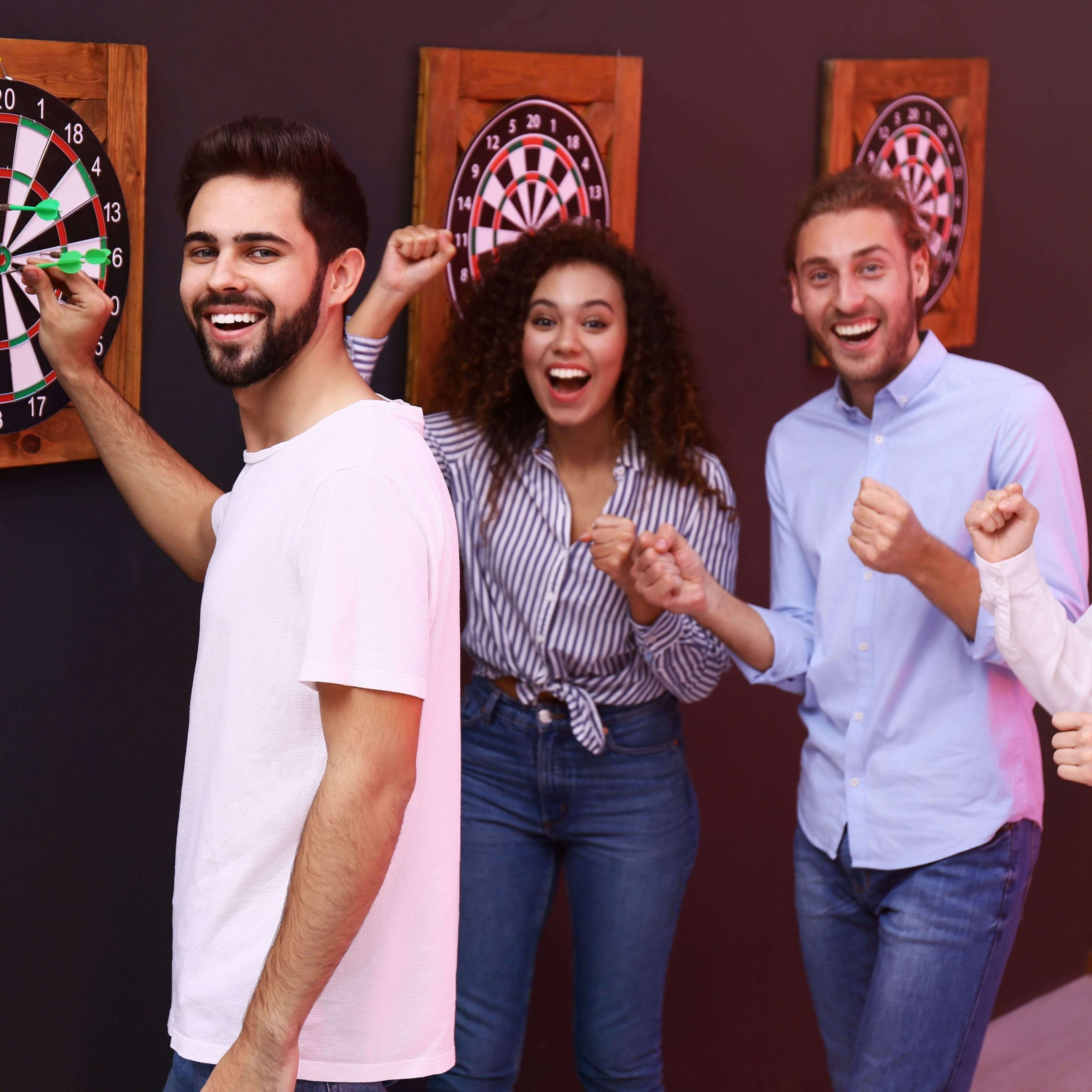 Freunde beim Dartspiel