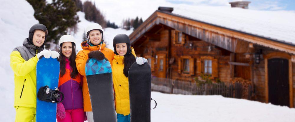 Freunde beim Snowboard-Ausflug