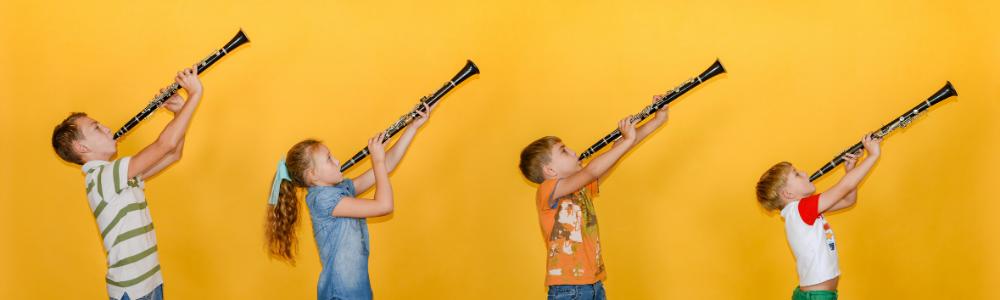 Kinder mit Klarinetten