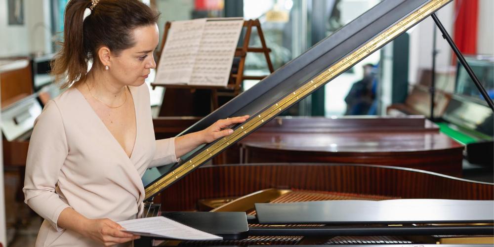Klavierverkäuferin