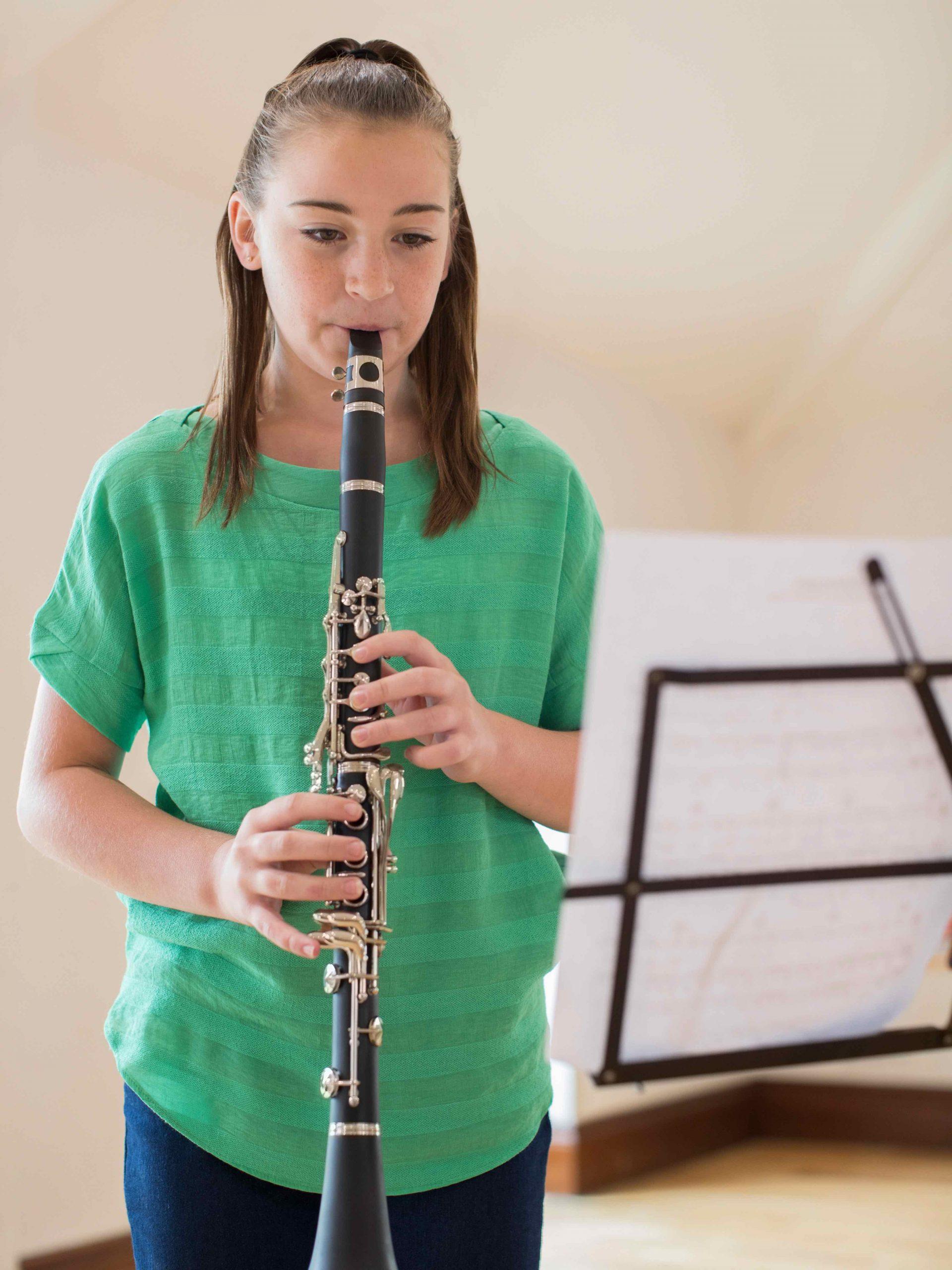 Mädchen lernt Klarinette spielen