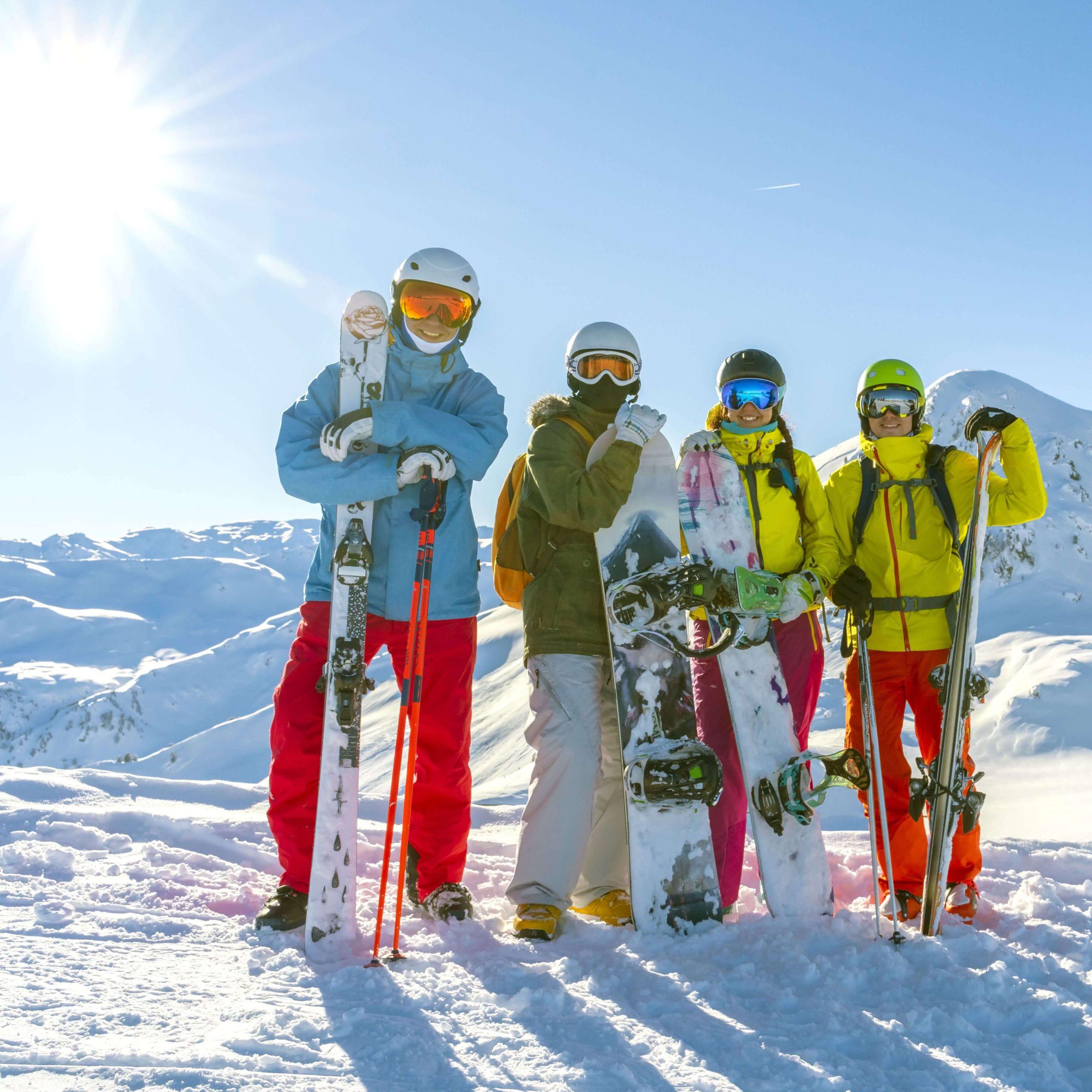Vier Snowboarder auf der Piste