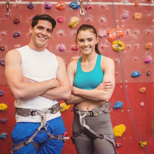 Zwei Freunde beim Klettern