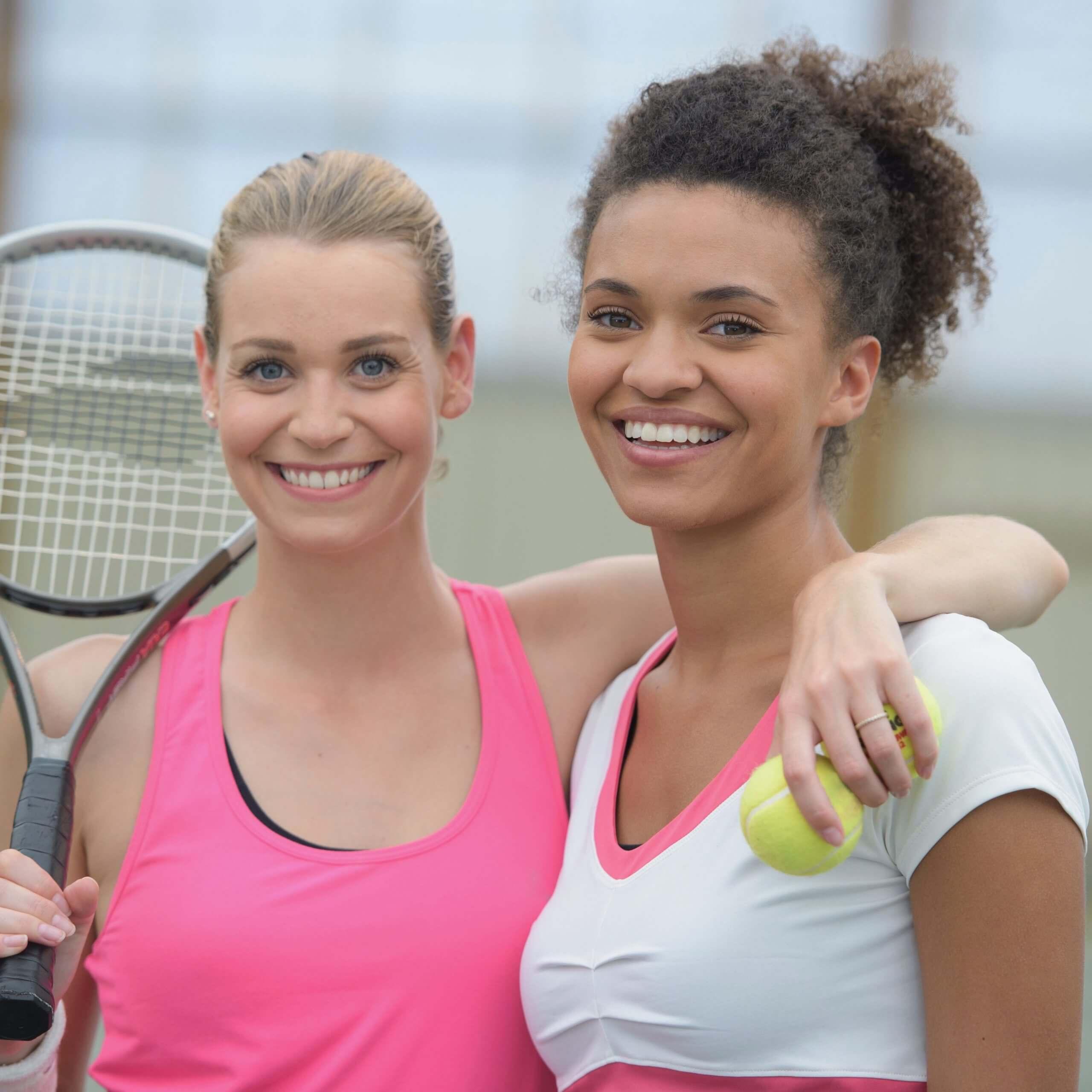 Zwei junge Frauen beim Tennis