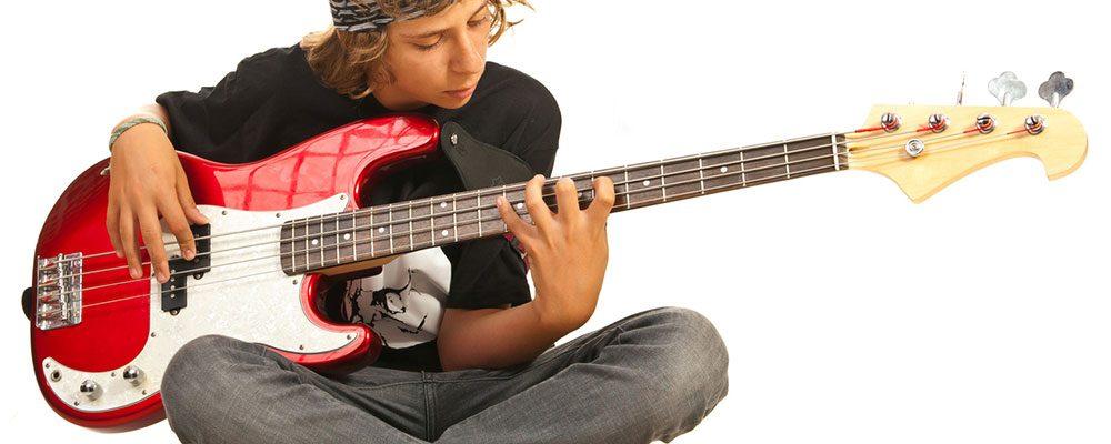 Auch Kinder und Jugendliche können problemlos Bass spielen lernen.