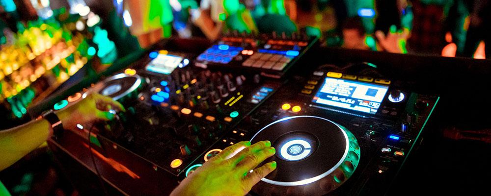 DJ-Controller am Mischpult eines Nachtclubs