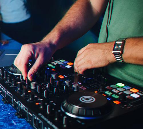 Einsteiger DJ mit seinem Controller