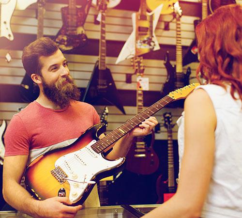 Verkäufer mit elektrischer Gitarre