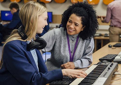 Lehrerin bringt Keyboard bei