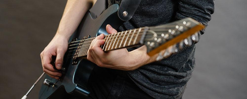 Mit den richtigen Tipps gelingt der Einstieg ins E-Gitarrenspiel besonders leicht.