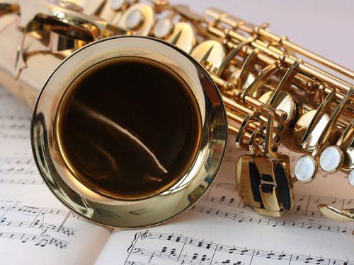 Wer Erfahrung mit Blasinstrumenten hat, kann sich das Saxophonspiel mithilfe von Textbüchern auch selbst beibringen.